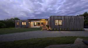 Czteroosobowa rodzinaze stanu Indiana w Stanach Zjednoczonych chciała zamieszkać w energooszczędnym, skromnym i nowoczesnym domu. Tak zrodziła się koncepcja Copperwood House (z ang. miedziane drewno). Jego nazwa wymyślona przez syna właścicieli,