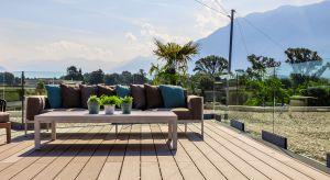 Piękny taras będzie ozdobą domu, ale również wspaniałym miejscem doletniego wypoczynku. By móc się nim cieszyć przez długielata, należy wybrać odpowiednie materiały na jego nawierzchnię oraz dobrze go zabezpieczyć.