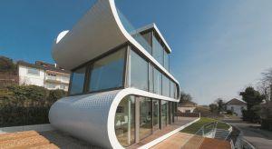 Flexhouse to dom wyjątkowy. Nie tylko dlatego, że jegoprzeszklone ściany otwierają wnętrza na zapierający dech w piersiach widok na Jezioro Zuryskie. Uwagę zwraca wyrazista, dynamiczna architektura. W dodatku jego konstrukcja jest energooszczędn