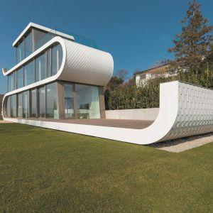 Nowoczesny dom w Szwajcarii nad Jeziorem Zuryskim. Fot. Flexhouse: Peter Würmli