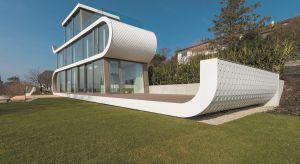 Wyrazista, dynamiczna architektura i przeszklone ściany otwierające wnętrza na zapierający dech w piersiach widok na Jezioro Zuryskie sprawiają, że Flexhouse jest wyjątkowym domem. W dodatku jego konstrukcja jest energooszczędna.