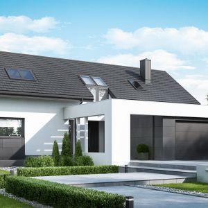 Dom został zaprojektowany w kształcie litery L z wysuniętym do przodu garażem 2-stanowiskowym. Dom HomeKONCEPT 49. Fot. HomeKONCEPT