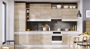 W przestrzeni kuchennej zrobiło się ciekawiej a to za sprawą zabudowy meblowej, która już nie jest minimalistyczna i symetrycznie uporządkowana. Nowa sylwetka zaskakuje mnogością kształtów, urozmaiconych wnękami iotwartymi półeczkami, któr