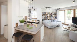 Coraz częściej rezygnujemy z podziałów na osobne pomieszczenia czy oddzielone strefy i decydujemy się na aranżację otwartej strefy dziennej łączącej salon, jadalnię oraz kuchnię.