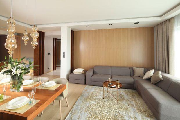 Nowoczesne mieszkanie: przytulne wnętrze w beżach i brązach