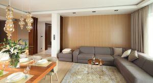 W nowoczesnym, rządzonym z myślą o rodzinie apartamencie, komfort i wygoda stały się wyznacznikiem wszystkich aranżacji wnętrz. Ciepła i przytulności dodało im drewno w dwóch różnych odcieniach.