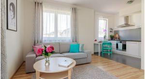 Przytulnemieszkanie zaaranżowano w stylu skandynawskim. Jasne i stonowane kolory ścian, podłóg i mebli wprowadzają pozytywny nastrój.