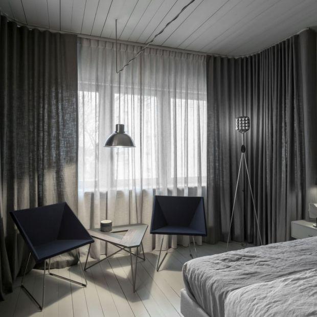 Monochromatyczna sypialnia Tomasza Pągowskiego