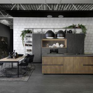 Kuchnia Tio Metal łączy minimalistyczne wzornictwo z funkcjonalnością. Poziomy i pionowy podział frontów oraz zintegrowane uchwyty zapewniają nowoczesny wygląd. Fot. Rational