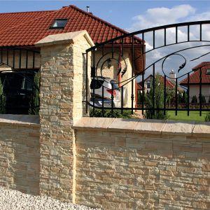Zaletą kamieni dekoracyjnych montowanych na ogrodzeniach są łatwe w zabudowie kształty poszczególnych elementów, które w przeciwieństwie do materiałów naturalnych są regularne oraz nie wymagają obróbki ręcznej. Fot. Bruk-Bet