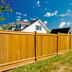Drewno wciąż zaliczane jest do grupy najpopularniejszych materiałów wykorzystywanych do budowy ogrodzenia. Zawdzięcza to przede wszystkim dostępności, konkurencyjnej cenie oraz uniwersalizmowi. Fot. Shutterstock