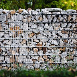 Stalowe kosze zwane gabionami dają inwestorom dużą dowolność aranżacyjną ogrodzenia. Wypełnić je można kolorowym szkłem, odpadami budowlanymi lub... kamieniem polnym. Fot. Red-hen