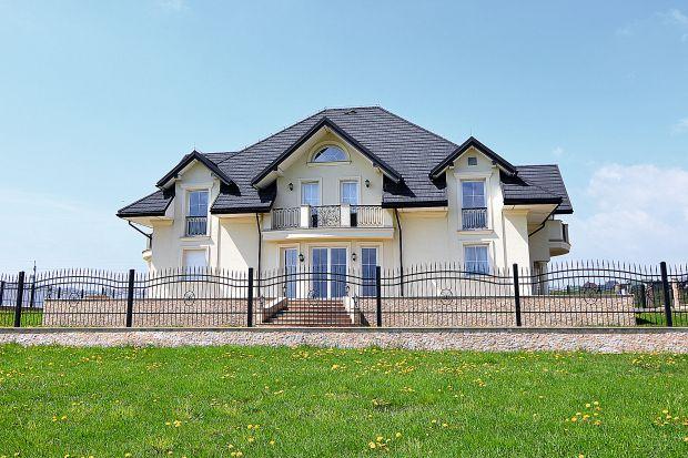 Dach to nie tylko wizytówka domu, ale również ważny element konstrukcyjny całego budynku. Musi więcbyć wytrzymały oraz pięknie się prezentować.