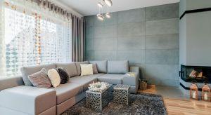 Klasyczne zestawienia, bezpretensjonalny styl, aktualne trendy... i odrobina barwnego szaleństwa - wszystko to znajdziemy w dwupoziomowym mieszkaniu naosiedlu Osówka w Szczecinie.