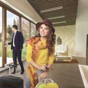 Otwartą przestrzeń można wykreować za pomocą dużych okien i drzwi podnoszono-przesuwnych . Fot. Roto