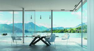 Salon przedłużony na ogrodowy taras to sprawdzone rozwiązanie aranżacyjne, które wymaga zastosowania odpowiedniego rodzaju drzwi przesuwnych.