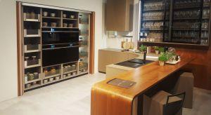 Kamień, drewno, matowa czerń oraz... blacha – to główne trendy, które panowały w kuchniach podczas największego wnętrzarskiego święta w Mediolanie.