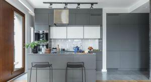 Otwarty aneks kuchenny to dobry sposób na optyczne powiększenie małego mieszkania oraz integrację życia rodzinnego. Zobacz, co zrobić aby przejście pomiędzy kuchnią a salonem było płynne, a żadna z części pomieszczenia nie zdominowała tej d