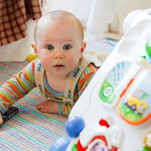 Podczas pierwszych lat życia naszego malucha powinnyśmy zadbać o czystość przedmiotów, które dzieci mają zwyczaj gryźć. Fot. Bentley Organic