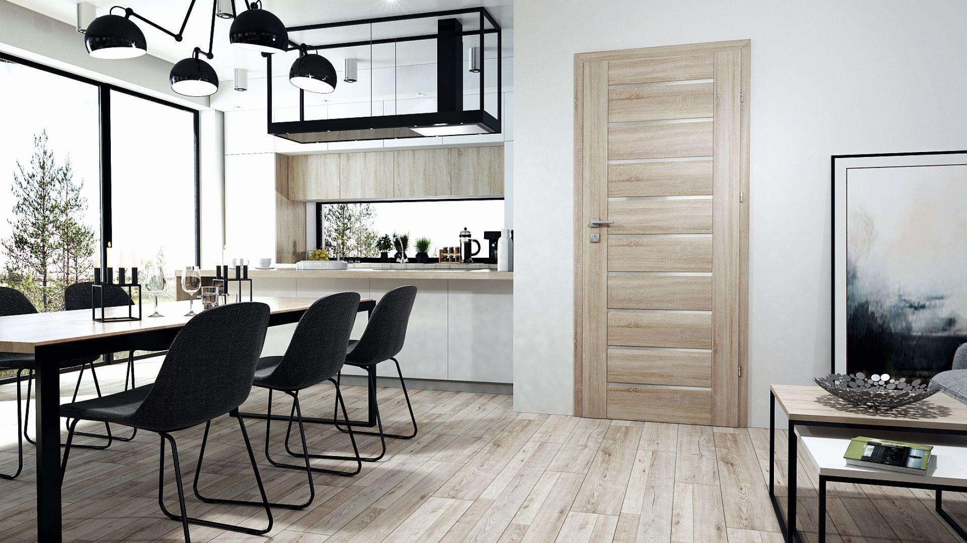 Drewnianą strukturę drzwi Sensa wzbogacają drobne, satynowe przeszklenia. Pozwalają wnikać światłu do wnętrza, sprzyjając ciepłej i kameralnej atmosferze. Drzwi są dostępne w ofercie firmy RuckZuck oraz w trzech rodzajach wykończeń: Primo, Iridium, 3D Look. Cena: od 527,67 zł. Fot. RuckZuck