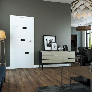 Biały kolor drzwi jest najczęściej wybierany do wnętrz, i tych nowoczesnych, i tych w wydaniu skandynawskim. W modelu Diamond ciekawy akcent stanowią aplikacje w postaci malowanych, fazowanych szyb. Drzwi są dostępne w ofercie firmy Classen w wersji przylgowej i bezprzylgowej. Cena: od 1.044,27 zł. Fot. Classen