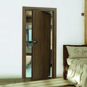 System Rondo dostępny w ofercie firmy Inter Door to innowacyjny sposób zamykania pomieszczeń ruchem przesuwno-obrotowym, gdzie drzwi otwierają się w obie strony. Skrzydło otwiera się pod kątem 90 stopni, przez co zajmuje znacznie mniej przestrzeni niż standardowe. To idealny system dla małych pomieszczeń, wąskich korytarzy oraz dla osób niepełnosprawnych. Cena: od ok. 3644 zł (komplet ze skrzydłem Płaskie). Fot. Inter Door