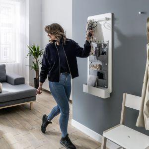 Tablica Smart to sprytny sposób na przechowywanie i zagospodarowanie miejsce na ścianie lub drzwiach. Wśród akcesoriów pojemniki, organizery i paski filcowe, kalendarz z metalową płytą na magnesy, lustro, wieszaki, reling. Fot. Vox