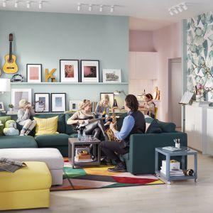 Narożna sofa 5-osobowa z szezlongiem Vilme oferuje sporo miejsce do siedzenia i pozwala na swobodną aranżację wnętrza. Fot. IKEA