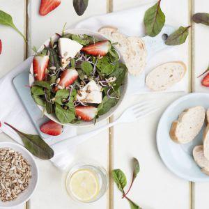 Wiosenna sałatka z botwinką i kremowym serem. Fot. Hochland