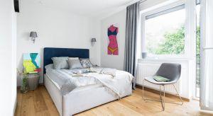 Urządzając swoją wymarzoną sypialnię, warto zwrócić uwagę nie tylko na łóżko, ale też na sposób zagospodarowania ściany nad wezgłowiem, kształt szafek nocnych, dodatkowe meble, np. szafy, komody, regały, a także dodatki, w tym przede wsz