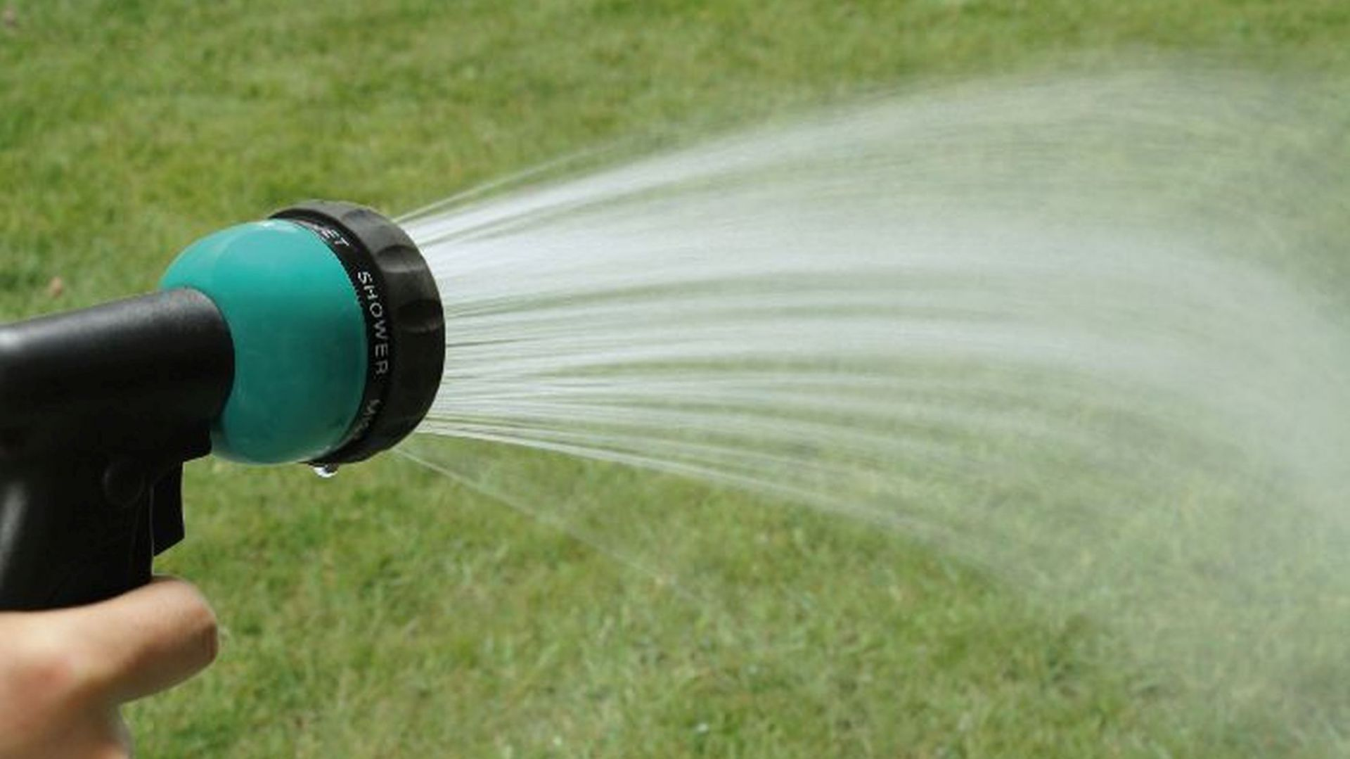 Pielęgnacja ogrodu - akcesoria do nawadniania. Fot. Agas