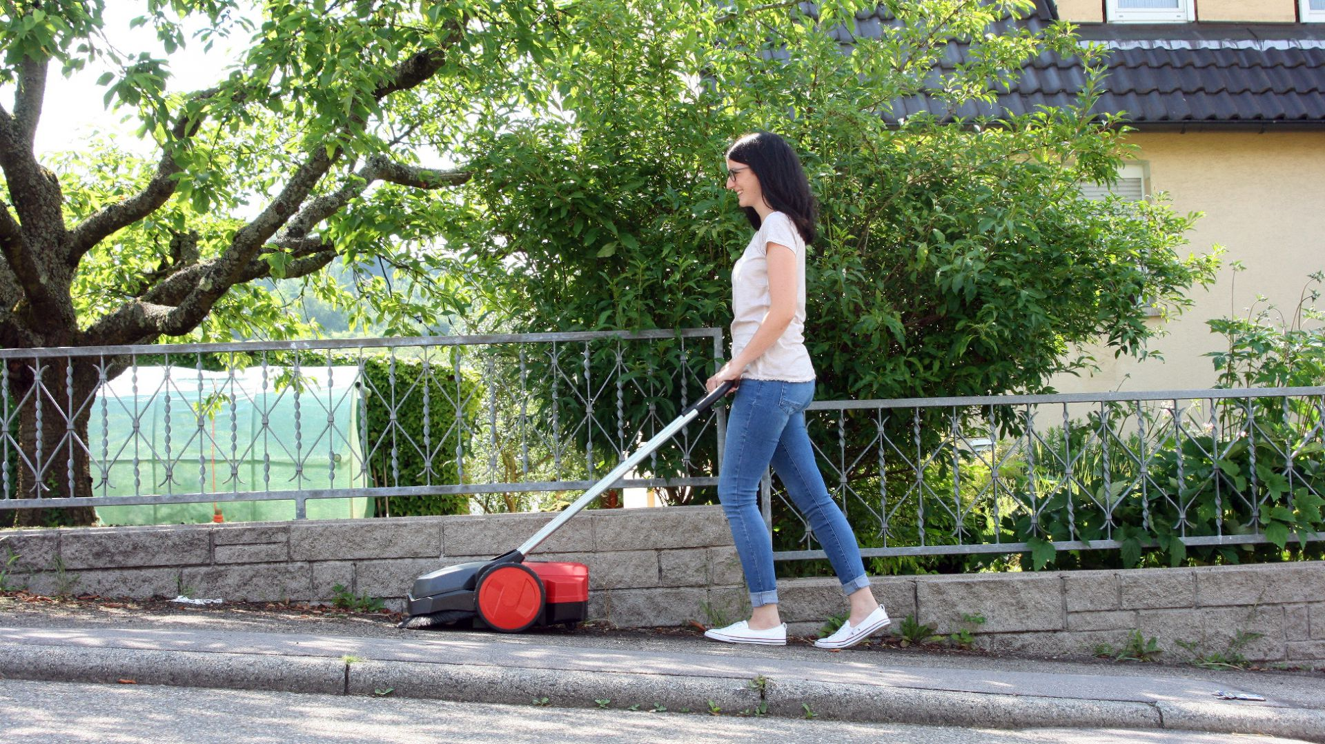 Sprzątanie wokół domu: zamiatarka ręczna Starmix. Fot. Lange Łukaszuk