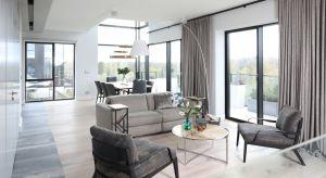 W zaprojektowanym dla dwojga apartamencie zrezygnowano z dużej ilości oddzielnych pomieszczeń na rzecz otwartej strefy dziennej, w której zmieściły się salon oraz duża jadalnia na osiem osób.