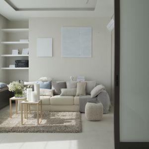 Na przeciwległym biegunie mamy salon w jasnych, stonowanych beżach. Projekt: Studio.O. Fot. Aga Kobus
