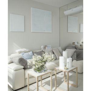 Salon utrzymany jest w jasnych, stonowanych odcieniach beżu. Projekt: Studio.O. Fot. Aga Kobus
