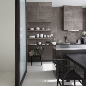 Niewielką otwartą kuchnię od pozostałej części mieszkania oddziela wyspa. Projekt: Studio.O. Fot. Aga Kobus