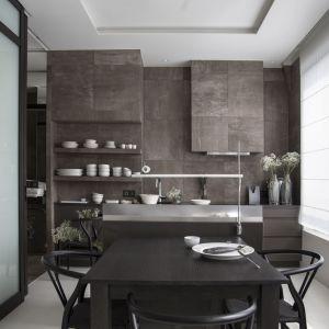 Ciężka, kamienna kuchnia to element dominujący w niewielkim mieszkaniu.Projekt: Studio.O. Fot. Aga Kobus