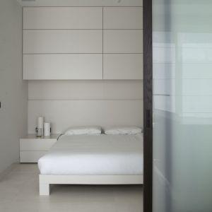 Przesuwne drzwi posłużyły do skomponowania ruchomej ściany, wydzielającej sypialnię. Projekt: Studio.O. Fot. Aga Kobus