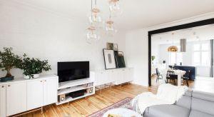 Mieszkanie ulokowane jest w kamienicy z początku XX wieku. 100-metrowa przestrzeń, dzielona wcześniej przez dwie rodziny, wymagała dostosowania do potrzeb nowych właścicieli.