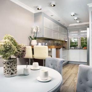 Półwysep w kuchni, podobnie jak meble w salonie, wykonano z akacjowego drewna. Projekt: Marta Sergiej. Fot. Wojciech Dziadosz