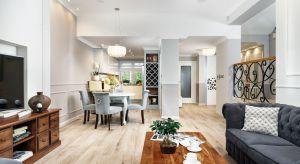 Właścicielom zależało na stworzeniu eleganckiego wnętrza, które będzie przede wszystkim harmonijne i funkcjonalne. Sercem domu stał się podwyższony parter z maksymalnie otwartą częścią dzienną, w którejnowoczesność przenika się z klas