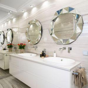 Przestronna łazienka na piętrze została pomyślana tak, aby w tym samym czasie swobodnie mogły z niej korzystać dwie osoby. Projekt: Marta Sergiej. Fot. Wojciech Dziadosz
