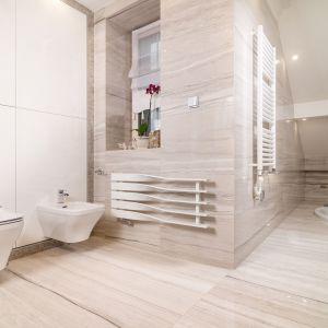 Nietypowy układ przestronnej prywatnej łazienki na piętrze wykorzystano montując w podłodze okrągłą wannę. Projekt: Marta Sergiej. Fot. Wojciech Dziadosz