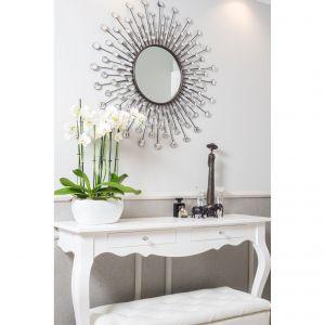 Delikatny, lekki stolik zaprojektowano specjalnie z myślą o tym wnętrzu. Projekt: Marta Sergiej. Fot. Wojciech Dziadosz
