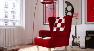Fotele i podnóżki z tej kolekcji powstają wspólnym wysiłkiem lokalnych rzemieślników – stolarzy, krawców i tapicerów.