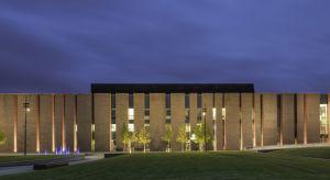 Wyjątkowy projekt, efektowny design i materiały najwyższej jakości – tak w skrócie można opisać budynek Narodowej Orkiestry Symfonicznej Polskiego Radia. Obiekt spełnia restrykcyjne wymogi akustyczne, by zapewnić muzykom komfortowe warunki prac