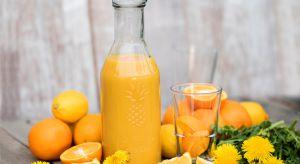 Wraz z nadejściem ciepłych, słonecznych dni bardzo chętnie sięgamy po wyśmienite zimne napoje. Najlepiej smakują te przygotowane samodzielnie z owoców oraz warzyw pochodzących z własnych ogrodów i działek.