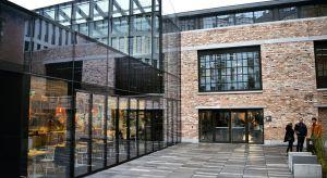 """Rewitalizacja starych budynków z cegieł to coraz popularniejszy trend w budownictwie. Deweloperzy i architekci doceniają duszę takich miejsc, ich wyjątkowość i atmosferę, która je otacza. Charakterystyczna """"ruda"""" ściana staje się ponownie s"""