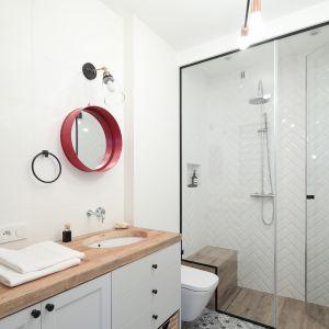 Ściany w łazience. Projekt: Anna Krzak. Fot. Bartosz Jarosz