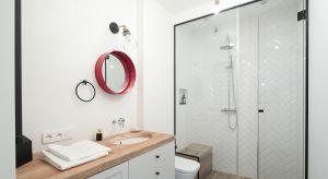 Szare, białe czy beżowe. Z delikatnym lub bardziej wyrazistym wzorem. Pomysłów na wykończenie ścian w łazience jest naprawdę wiele.